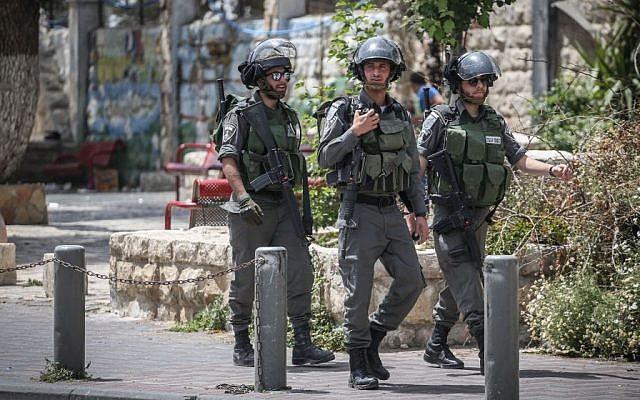 Israeli border policemen standing guard, on April 27, 2015. (Hadas Parush/Flash90)