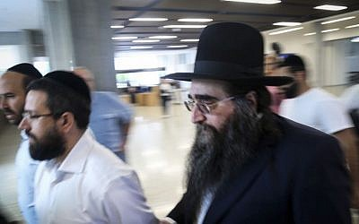 Rabbi Yoshiyahu Yosef Pinto (R) seen in the Tel Aviv District Court,  May 3, 2015. (photo credit: Flash90)