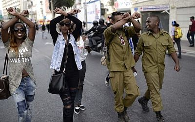 Thousands of Ethiopian Israelis protest on the Ayalon Highway in Tel Aviv against violence and racism directed at Israelis of Ethiopian descent, May 3, 2015. (photo credit: Tomer Neuberg/FLASH90)