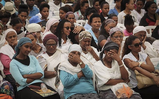 Jewish Ethiopians attend a memorial ceremony in remembrance of those who fell on their trip from Ethiopian to Israel, on Mount Herzl, May 17, 2015.  (Gil Yochanan/POOL)