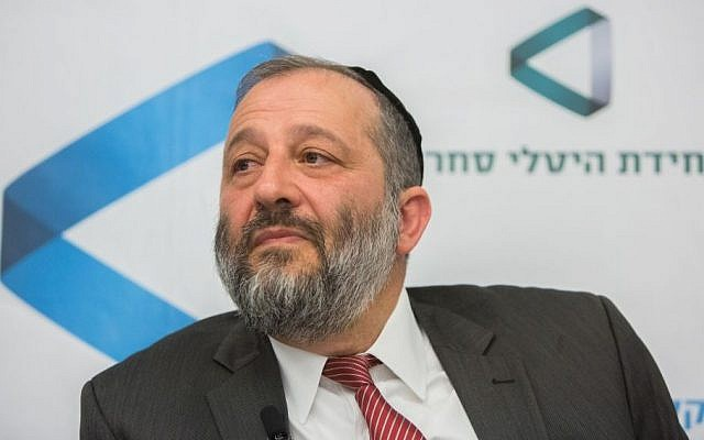 File: Aryeh Deri seen at a ceremony to take up his position at the Economy Ministry, May 17, 2015. (Yonatan Sindel/Flash90)