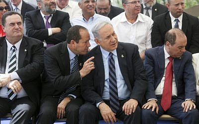 Jerusalem mayor Nir Barkat (L) and Prime Minister Benjamin Netanyahu in Jerusalem on May 19, 2015 (Marc Israel Selleml/Flash90)