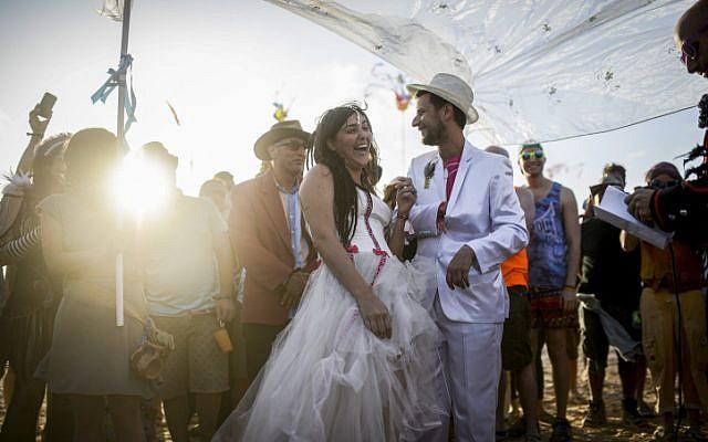 Midburn organizer Itamar Cohen surprised his girlfriend, Daria Frost, with a proposal and immediate wedding during Midburn, located near Sde Boker. (Ben Kelmer/Flash90)