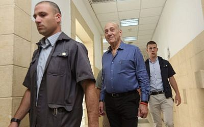 Former prime minister Ehud Olmert, center, arriving at Jerusalem District Court on May 25, 2015. (Gili Yohanan/POOL)