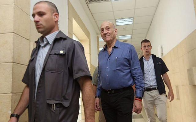 Former prime minister Ehud Olmert, center, arriving at Jerusalem District Court on May 25, 2015. (Gili Yohanan/POOL)