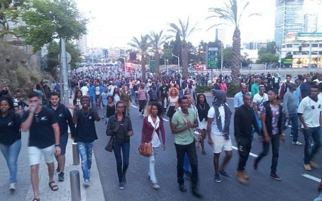 Protesters in Tel Aviv on May 3, 2015 (photo credit: Judah Ari Gross/Times of Israel)