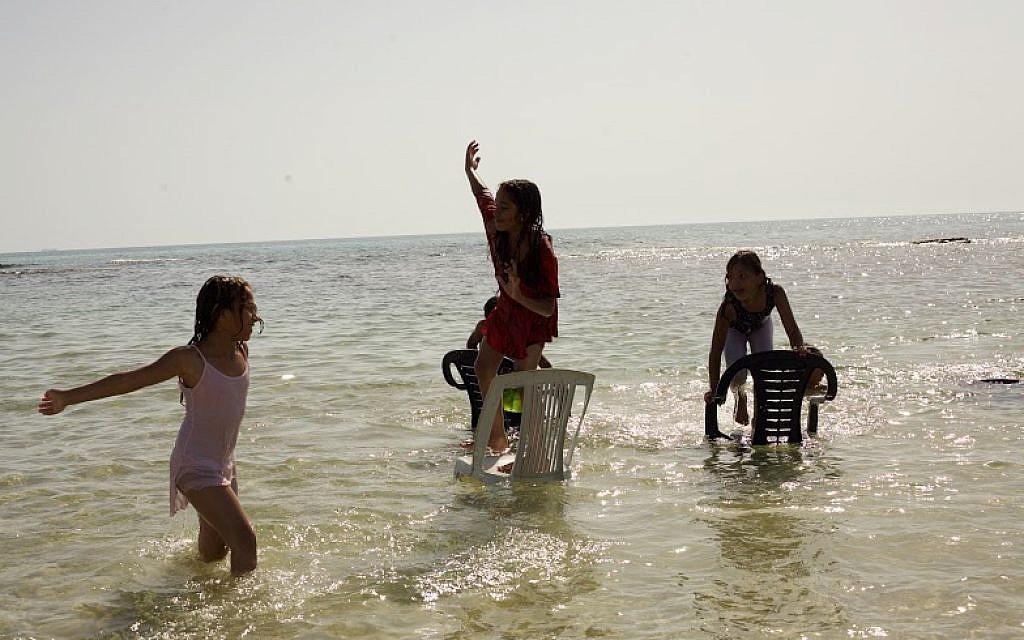 Children play on the beach at Jisr az-Zarqa (Eliyahu Kamisher)