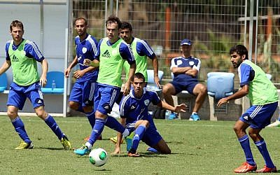 File: Israel national football team players training in Tel Aviv on Sept. 4, 2013. (Flash90)