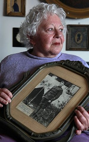 Elsie Shemin-Roth holds a World War I photo of her father, William Shemin, at her home in Labadie, Mo. He died in 1973. (photo credit: AP Photo/Jeff Roberson, File)