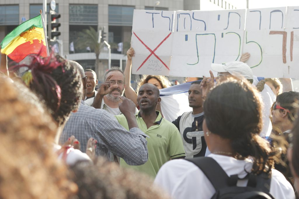 Protesters gather at the intersection of Menachem Begin and Eliezer Kaplan in Tel Aviv on May 3,2015. The demonstration blocked traffic to the Ayalon Highway, one of the city's major roads. (photo credit: Judah Ari Gross/Times of Israel)