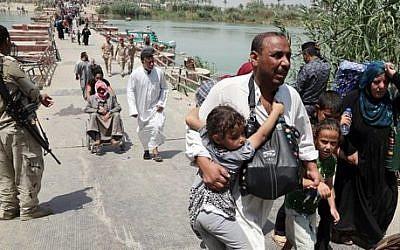 Displaced Iraqis from Ramadi cross the Bzebiz bridge fleeing fighting in Ramadi, 65 km west of Baghdad, Iraq, Wednesday, May 20, 2015 (AP Photo/Karim Kadim)