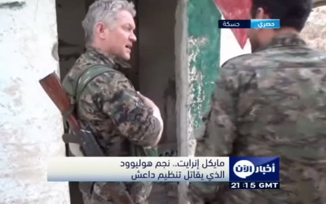 British actor Michael Enright (left), who joined the Syrian Kurdish YPG militia to fight the Islamic State, speaks to the UAE's Al-Aan TV (screen capture: YouTube)