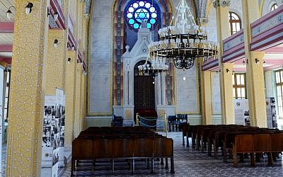 Synagogue interior (CC-BY-SA CeeGee/Wikimedia Commons)