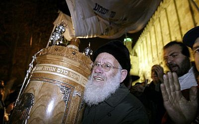 Rabbi Moshe Levinger celebrates at the Tomb of the Patriarchs in Hebron, December 3, 2003 (Flash90)