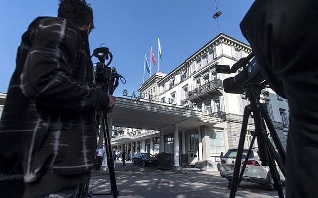 Media gathers outside the Hotel Baur-au-Lac where Swiss authorities conducted an early morning operation on May 27, 2015, to arrest FIFA officials. (AFP PHOTO / STR)