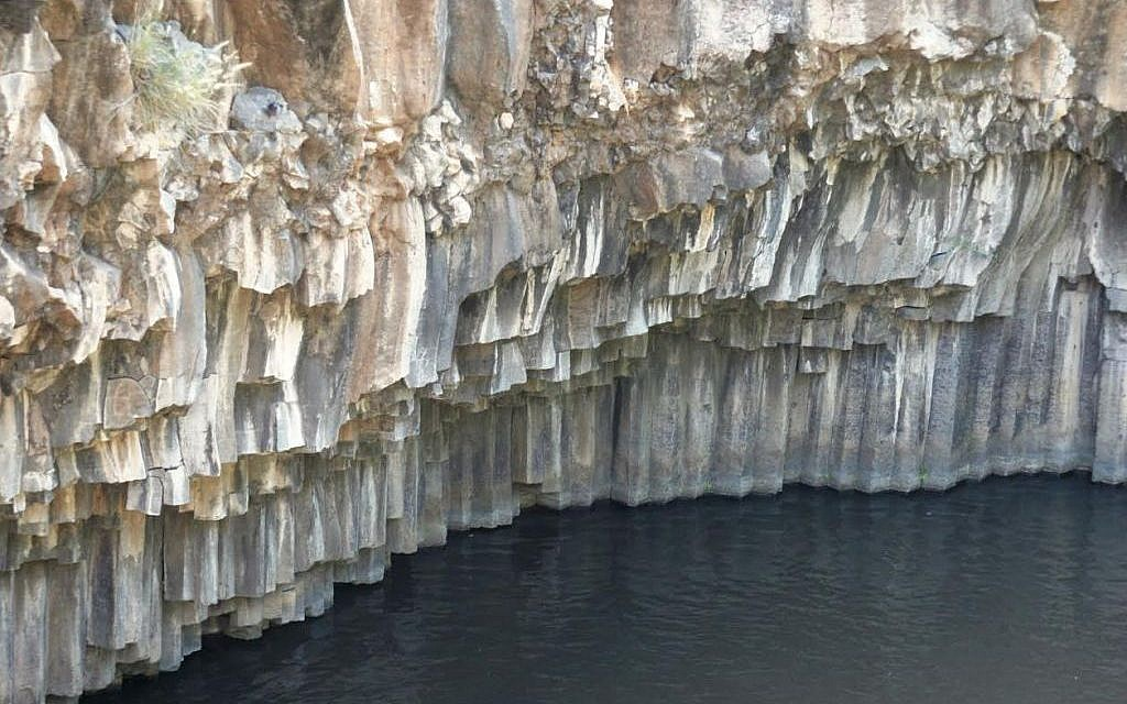 Six-sided basalt columns in the Hexagon Pool (Shmuel Bar-Am)