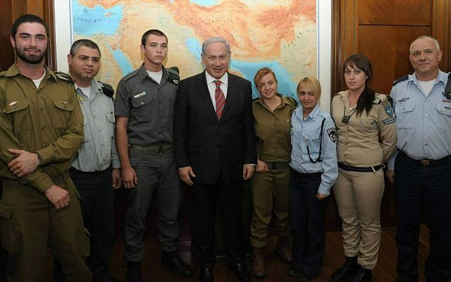 Prime Minister Benjamin Netanyahu (center), along with the IDF's then-chief education officer Brig. Gen. Eli Schermeister (right), and several participants in the army's Nativ conversion course on December 15, 2010. (Amos Ben-Gershom/GPO, File/Courtesy)