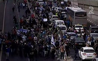 Protesters rallying against police violence against the Ethiopian community blocking a road in central Tel Aviv on May 3, 2015. (Screen capture: Channel 2)