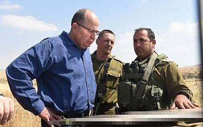 Defense Minister Moshe Ya'alon oversees a training exercise of the IDF  7th Armored Brigade, May 7, 2015 (Diana Hananshvili/Defense Ministry)