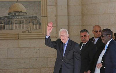 Former US president Jimmy Carter waves as he arrives for a meeting with Palestinian leader Mahmoud Abbas as part of a delegation of The Elders group of retired prominent world figures, May 2, 2015. (AFP/Abbas Momani)