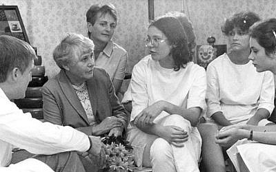 Ingeborg Syllm-Rapoport (2nd from left) speaking to a group on students, circa 1985 (CC BY-SA Hochgeladen von BArchBot)