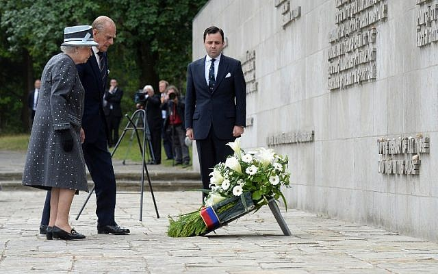Britain's Queen Elizabeth II and The Duke of Edinburg, Prince Philip lay a wreath during a visit to the memorial site of former Nazi concentration camp Bergen-Belsen on June 26, 2015.  (AFP/JULIAN STRATENSCHULTE)