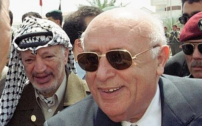 The then Turkish President Suleyman Demirel center, accompanied by Palestinian leader Yasser Arafat, left, being greeted at a visit to the Gaza Strip,  July 16, 1999. (AFP/POOL/FILES)