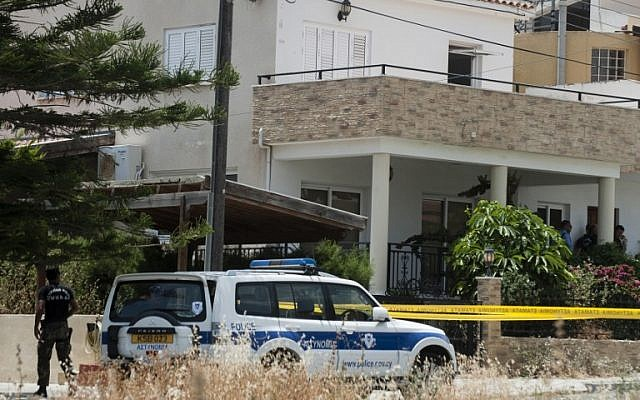 Cypriot police cordon off the house  of a Lebanese man holding a Canadian passport in the Cypriot coastal city of Larnaca where more than 400 boxes of ammonium nitrate -- a fertilizer that when mixed with other substances can be used to make explosives -- was discovered, on May 28, 2015 (AFP PHOTO / IAKOVOS HATZISTAVROU)