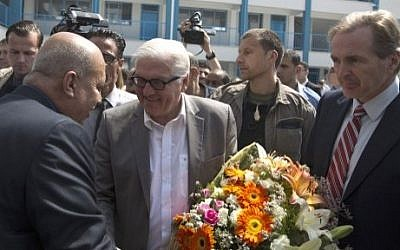 German Foreign Minister Frank-Walter Steinmeier (second from left) on a visit to a UN-run school in Gaza City, on June 1, 2015. (AFP/Mahmud Hams)