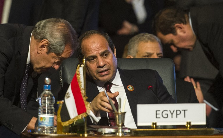 Egypt's President Abdel Fattah al-Sisi (C) talks during the closing session of an African summit meeting in the Egyptian resort of Sharm el-Sheikh on June 10, 2015. (AFP PHOTO / KHALED DESOUKI)
