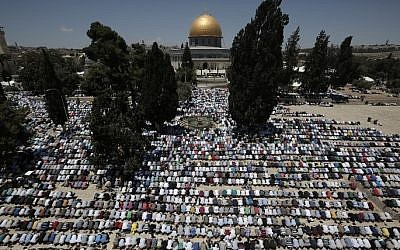 Palestinian Muslim worshipers pray outside the Dome of the Rock at the al-Aqsa compound in Jerusalem during the first Friday prayer of the holy month of Ramadan, on June 19, 2015. (AFP/Ahmad Gharabli)