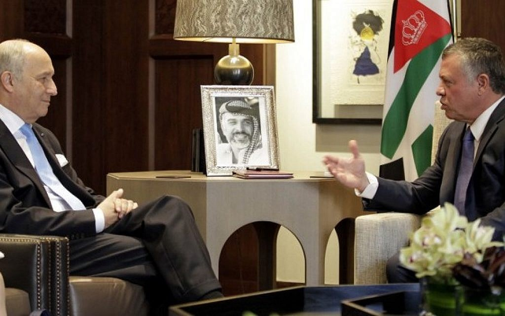 Jordan's King Abdullah II speaks with French Foreign Minister Laurent Fabius during a meeting at the Royal Palace in the Jordanian capital, Amman, on June 21, 2015. (AFP/ KHALIL MAZRAAWI)