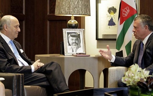 Jordan's King Abdullah II (R) speaks with French Foreign Affairs minister Laurent Fabius during a meeting at the Royal Palace in the Jordanian capital, Amman, on June 21, 2015. (AFP PHOTO / KHALIL MAZRAAWI)
