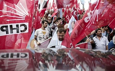 Supporters of Turkey's main opposition Republican People's Party (CHP) wave flags during an election rally in the district of Kadikoy in Istanbul on June 6, 2015 (AFP PHOTO / YASIN AKGUL)