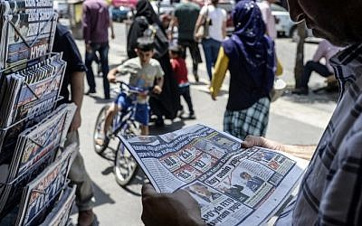 A Turkish man reads a newspaper to check the results of elections in Diyarbakir on June 8, 2015. (AFP/BULENT KILIC)