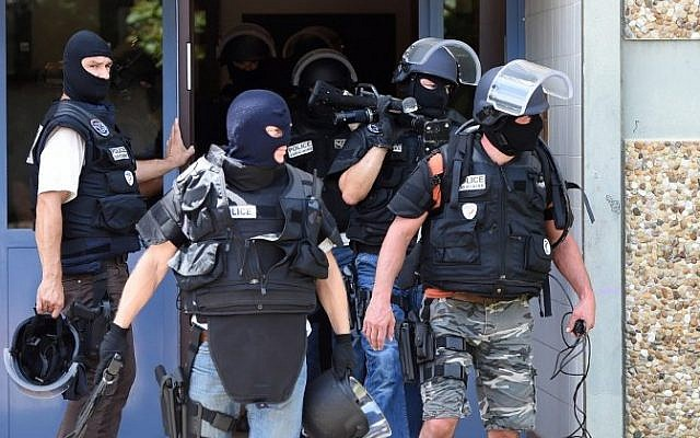Special forces of France's Research and Intervention Brigades (BRI) leave the building housing the apartment of a man suspected of carrying out an attack in Saint-Priest near Lyon on June 26, 2015. (AFP PHOTO / PHILIPPE DESMAZES)