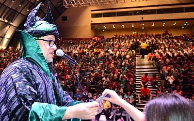 Israeli magician Cagliostro sets Guinness world record by teaching a card trick to 1,576 school children in Haifa, June 1, 2015. (Courtesy of Beit HaGefen)