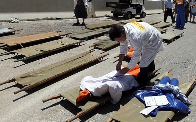Israelis participate in a earthquake drill at Shaare Zedek Medical Center in Jerusalem on June 20, 2013. (Flash90)