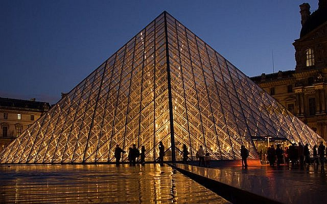 The Louvre Museum with its Glass Pyramid in Paris, France (Wikimedia Commons, CC BY-SA  Hteink.min)