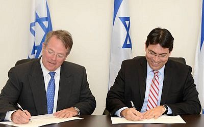 Lockheed-Martin Executive Vice-President Patrick Dewar (L) and Minister of Science and Technology Danny Danon sign an agreement to jointly produce educational curricula for all age groups in science and technology, with an emphasis on teaching the principles of cyber-security, June 24 2015 (Mark Neiman)