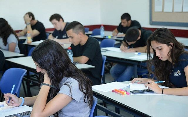 Students in Kiryat Sharet high school in Holon take their matriculation exams in mathematics, May 21, 2013. (Yossi Zeliger/Flash90)