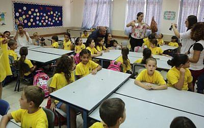 Illustrative photo of Israeli first-grade students  (Edi Israel/Flash90)