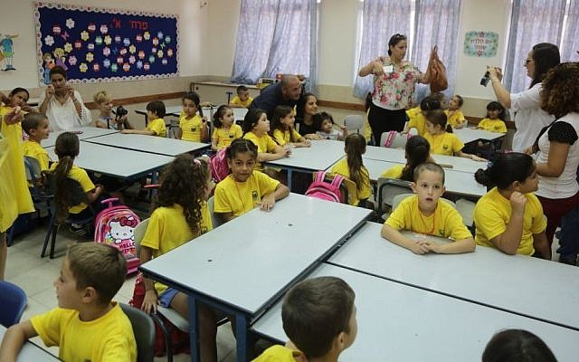Illustrative photo of Israeli first-grade students  (Edi Israel/Flash90)