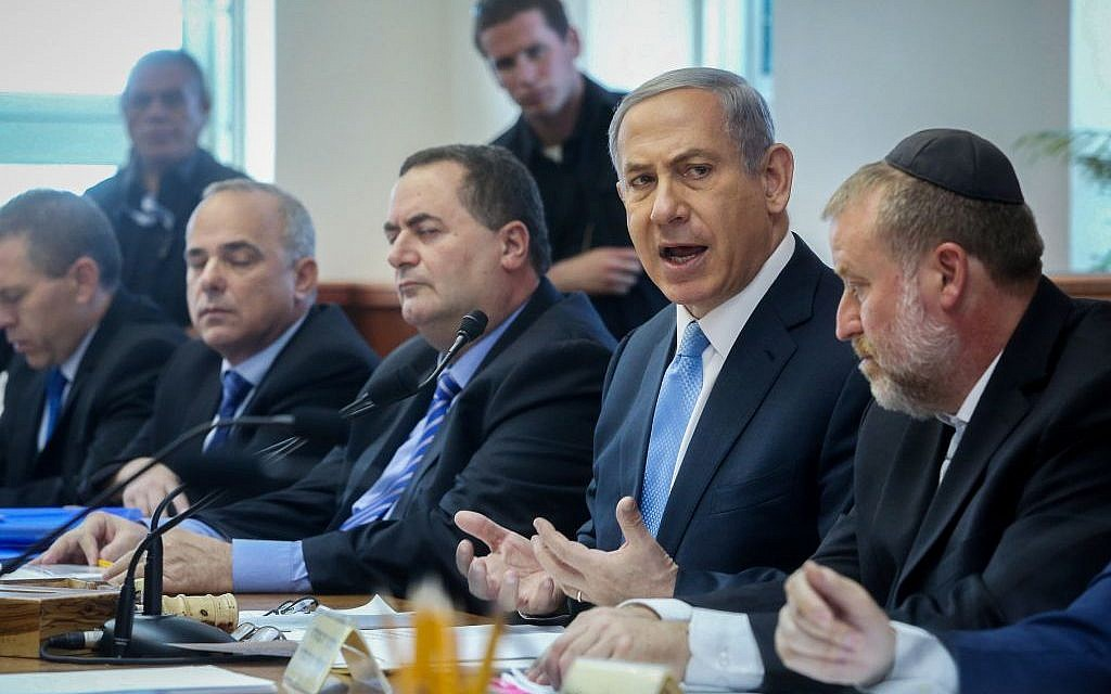 Benjamin Netanyahu leads the weekly cabinet meeting in Jerusalem on May 31, 2015. (Marc Israel Sellem/POOL)
