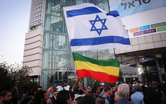 Hundreds of Ethiopian-Israelis protest police brutality and their mistreatment in Israeli society, in Tel Aviv, on June 03, 2015. (FLASH90)