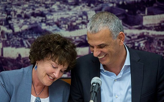 Finance Minister Moshe Kahlon (right) with Bank of Israel Governor Karnit Flug, June 3, 2015. (Yonatan Sindel/Flash90)