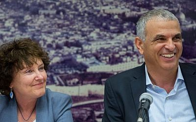 Finance Minister Moshe Kahlon (right), seen with Bank of Israel Governor Karnit Flug during a press conference at the Finance Ministry in Jerusalem, June 3, 2015. (Yonatan Sindel/Flash90)