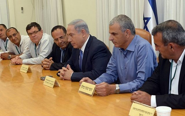 Prime Minister Benjamin Netanyahu and Finance Minister Moshe Kahlon meet with heads of regional councils at the Druze and Circassian communities, at the Prime Minister's Office in Jerusalem on June 7, 2015. (Haim Zach/GPO)