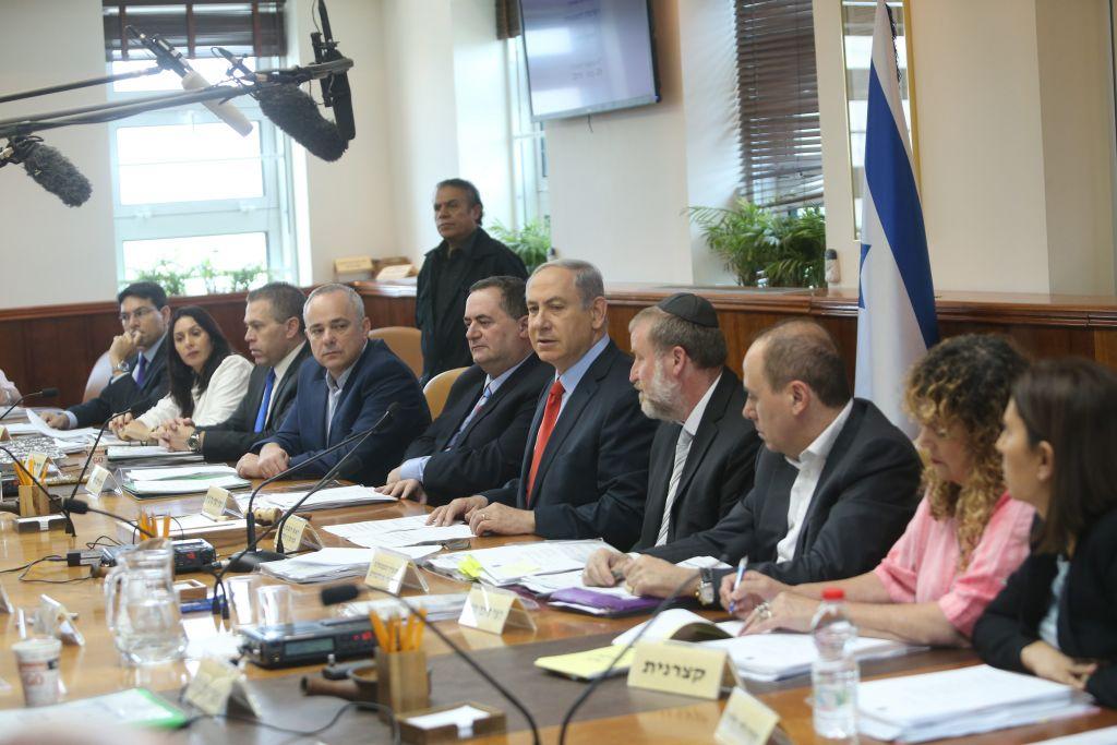 Prime Minister Benjamin Netanyahu leads the weekly cabinet meeting in Jerusalem, on June 28, 2015. (Photo by Alex Kolomoisky/POOL)