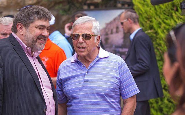 Jon Medved (L) and Robert Kraft review Israeli start-ups, Sunday, June 21, 2015 (Courtesy)